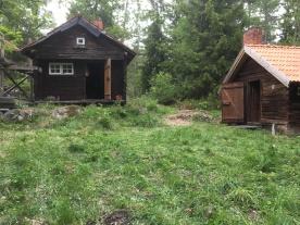 Nya huset rakt fram, gamla huset till höger.